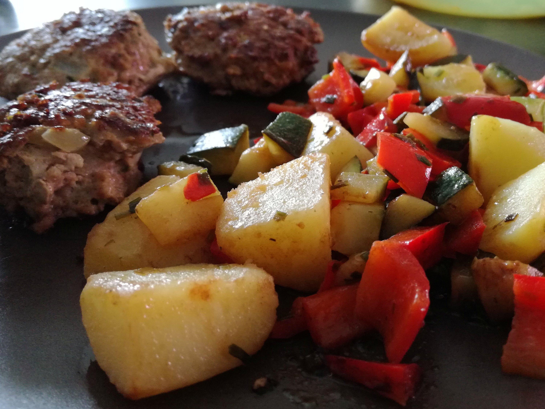 Rezept Frikadellen Zucchini Paprika Anrichten