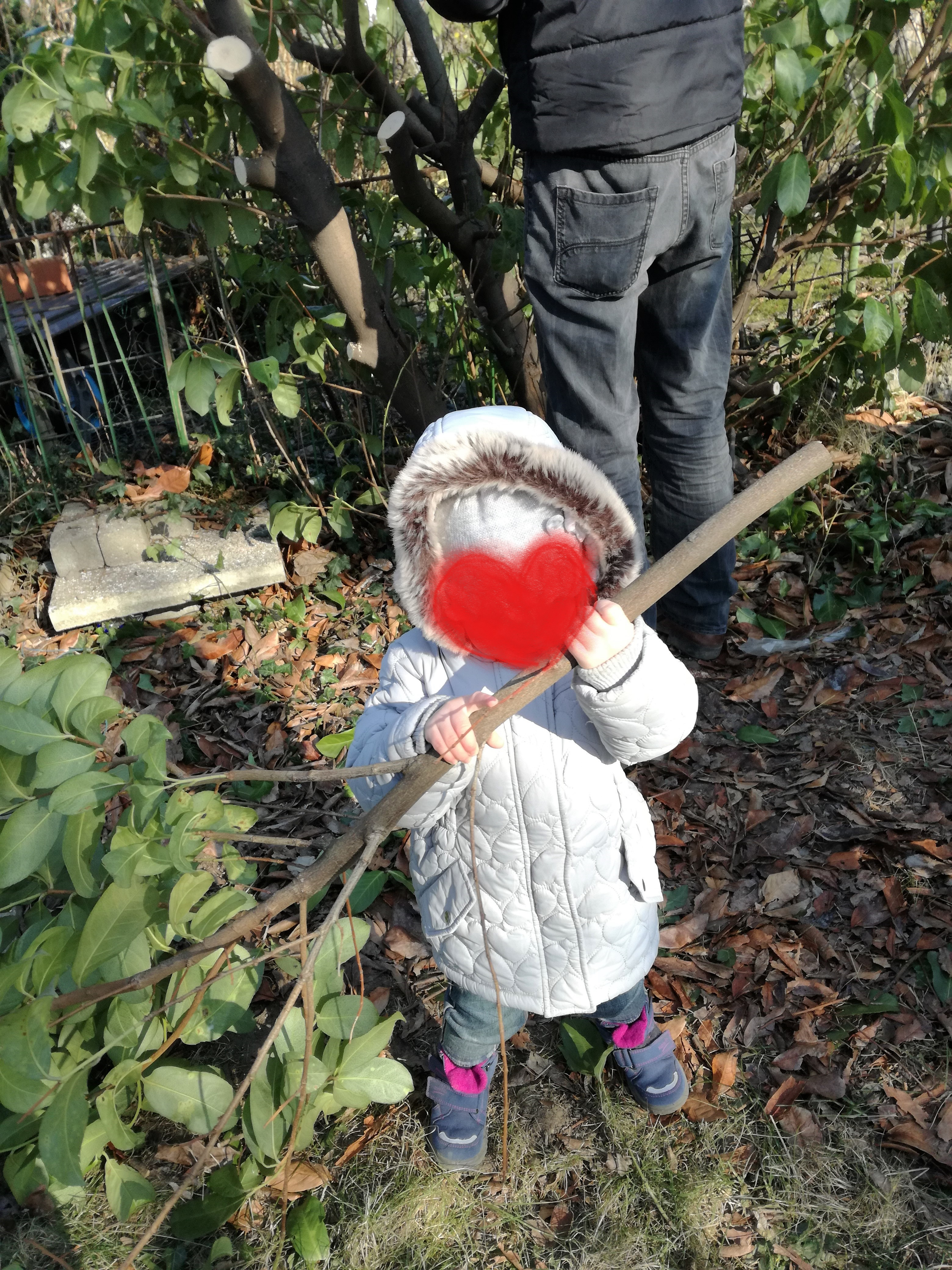 Nana hilft bei der Gartenarbeit