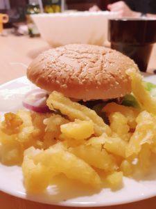 Burger und Pommes am ersten Abend