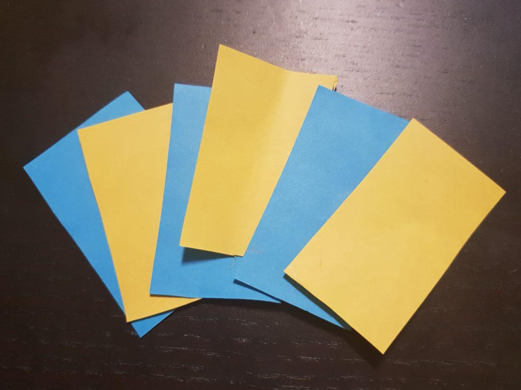 Rechtecke aus buntem Papier schneiden | Rasseln aus Papprollen
