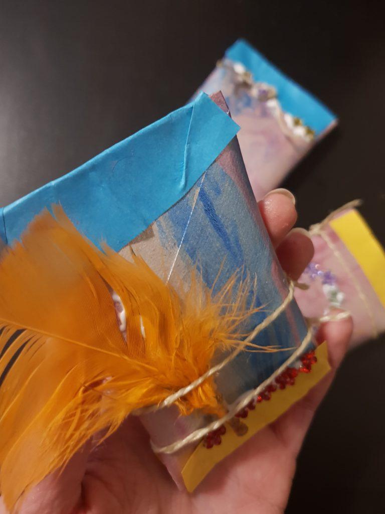 Rasseln aus Papprollen Basteln