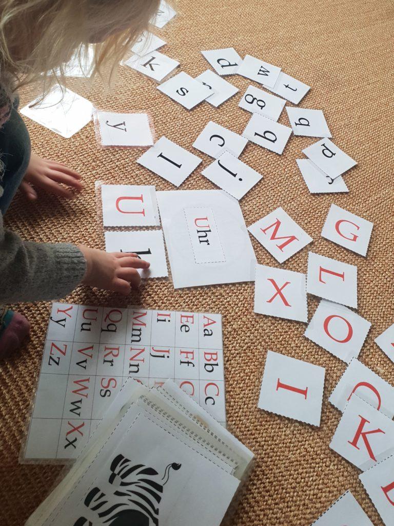 Nana spielt mit den ABC Lernkarten