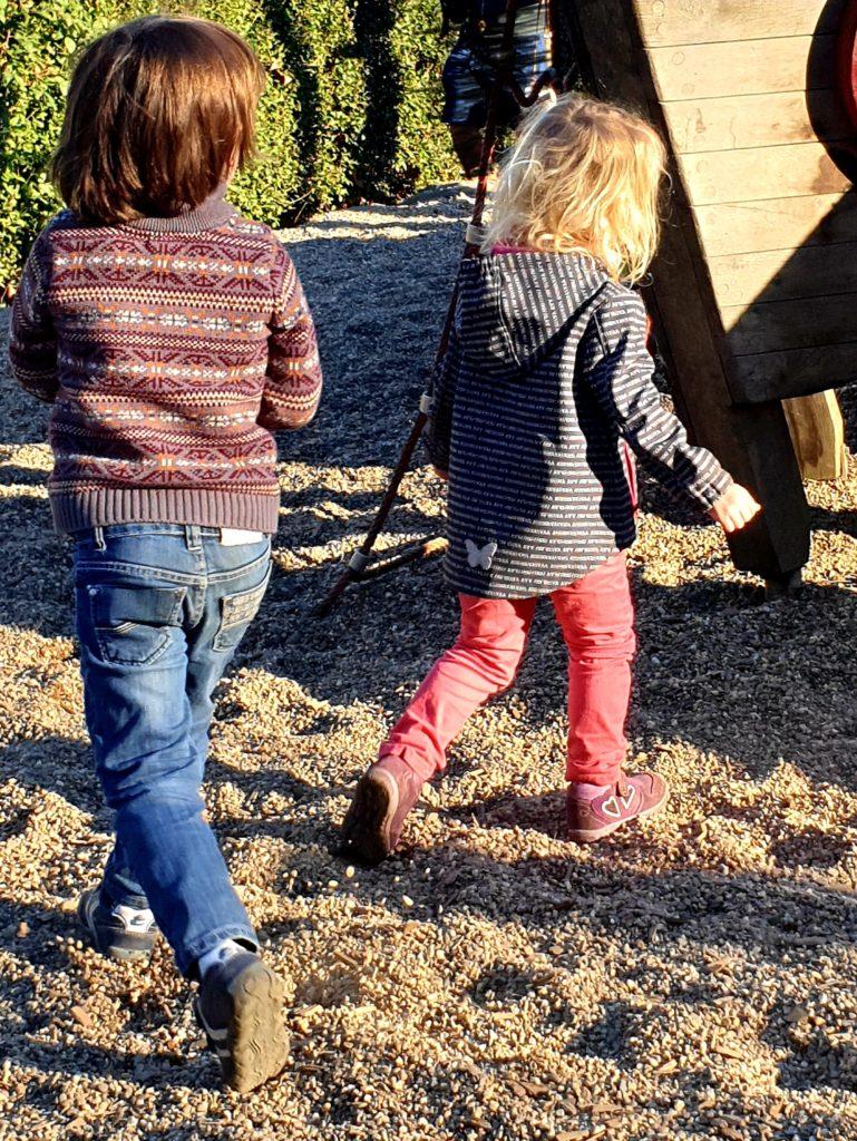 Kindergartenfrei im Alltag unter Kindern: Nana mit E. auf dem Spielplatz