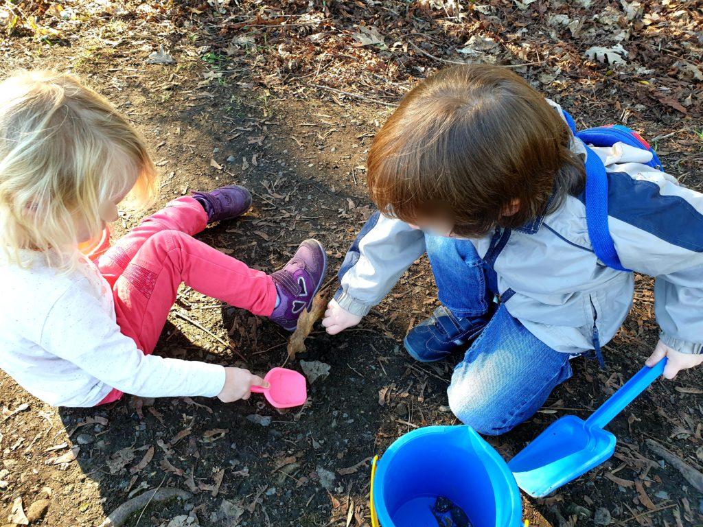 Kindergartenfrei im Alltag Nana und ihr bester Freund E. auf Schatzssuche