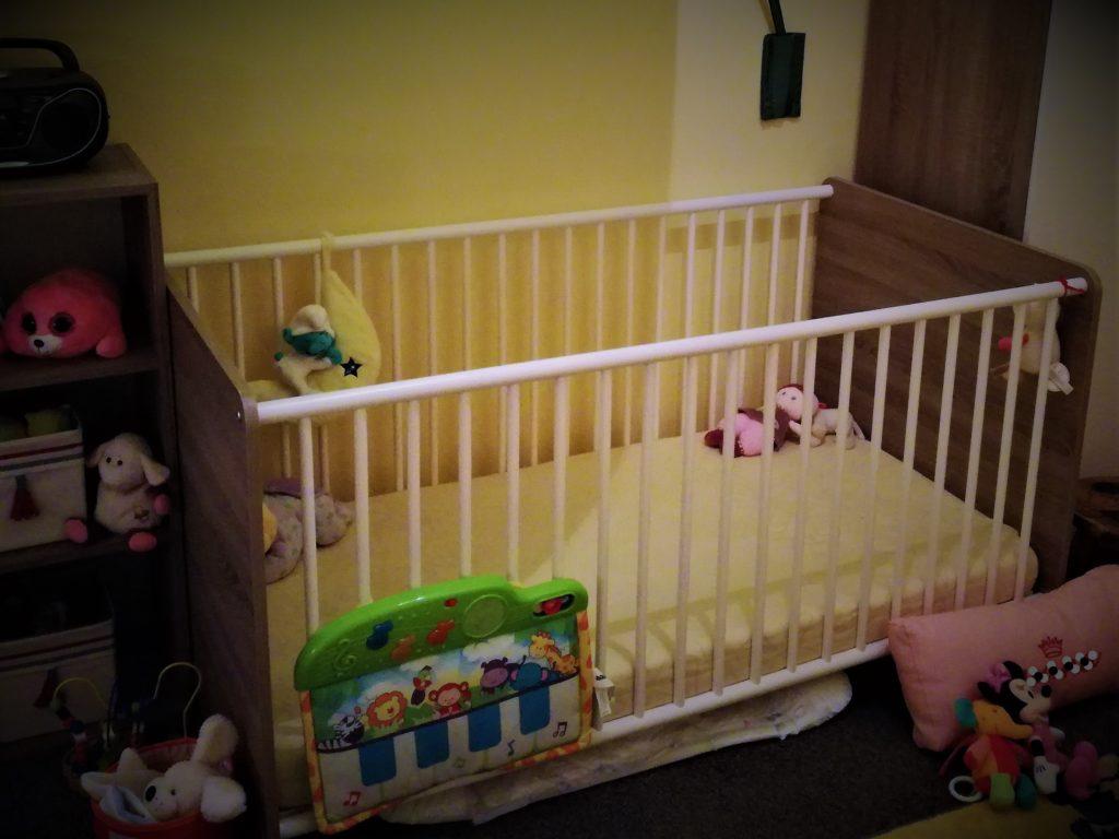 Nanas Bett in ihrem Zimmer. Noch mit Gittern.