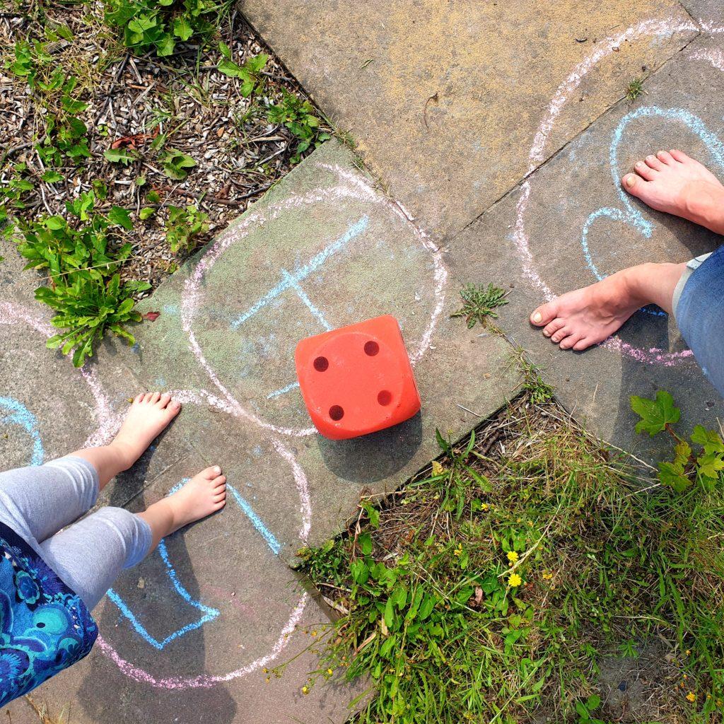 Würfelspiel im Garten