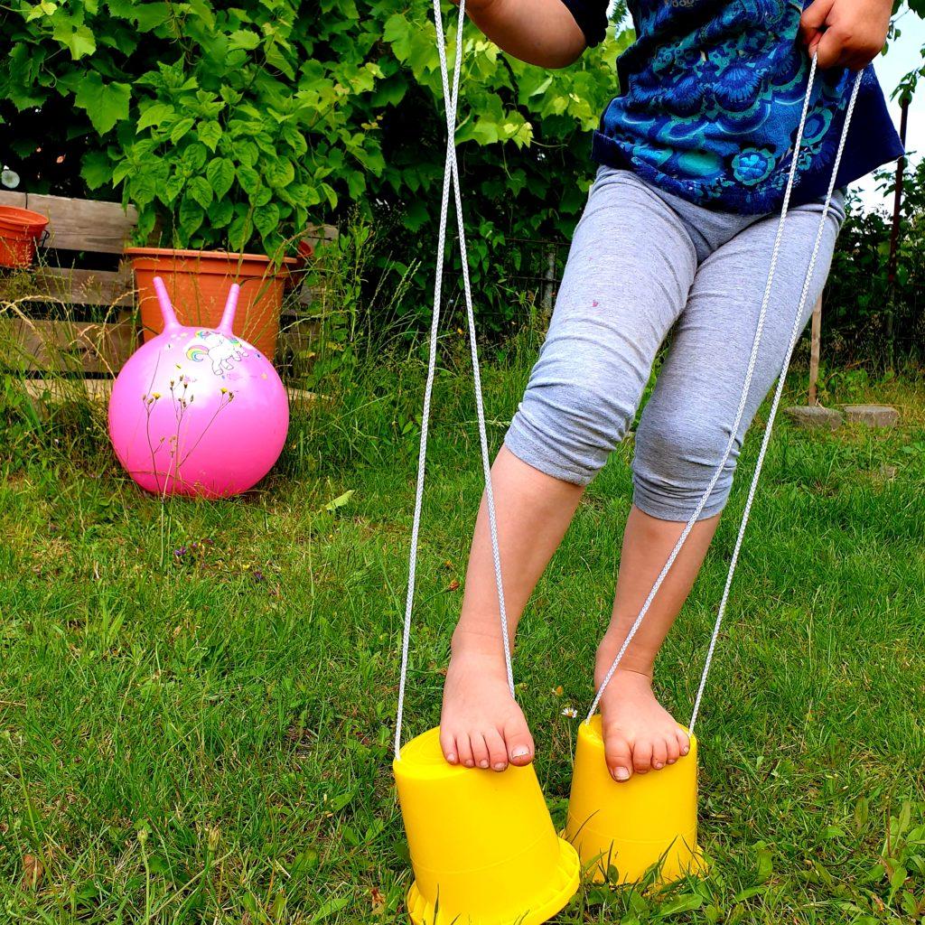 Rennstrecke im Garten mit Topfstelzen
