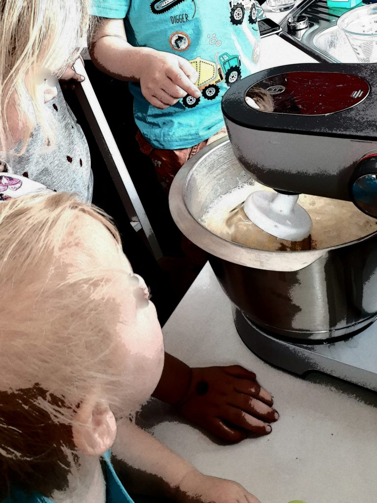 gemeinsam Pfannkuchen zubereiten
