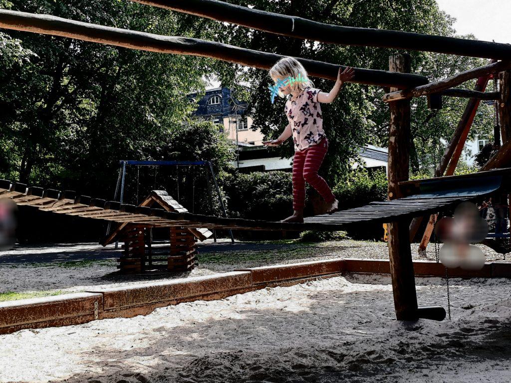 Auf dem Spielplatz Hängebrücke