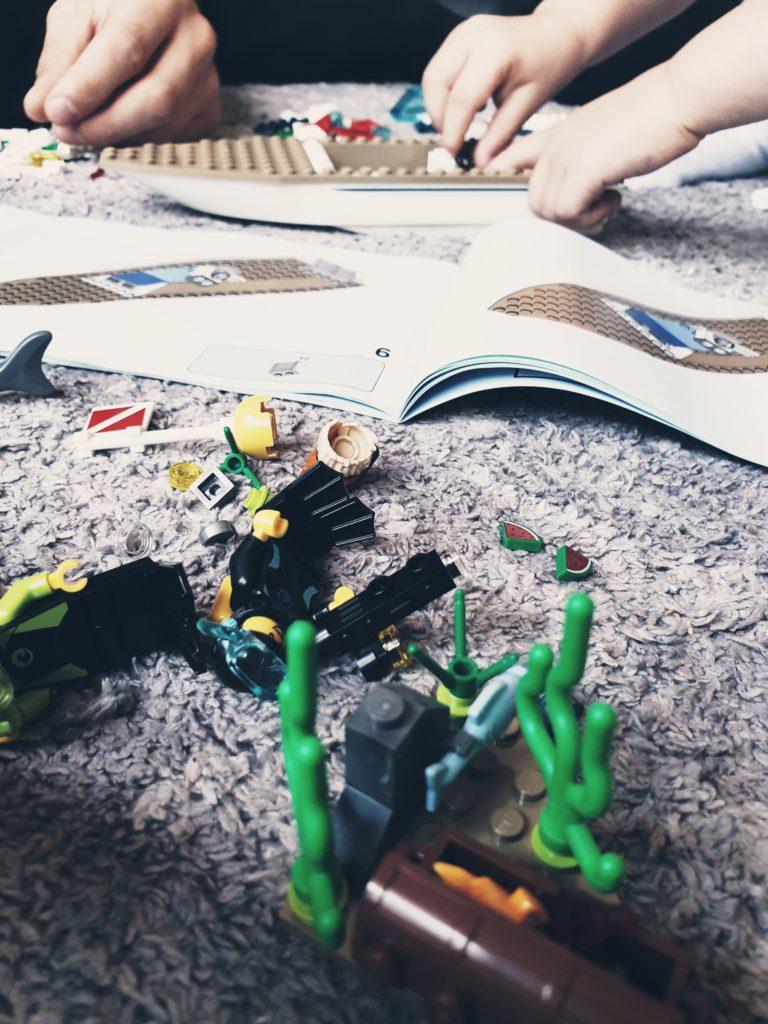 Lego bauen am Morgen mit Papa