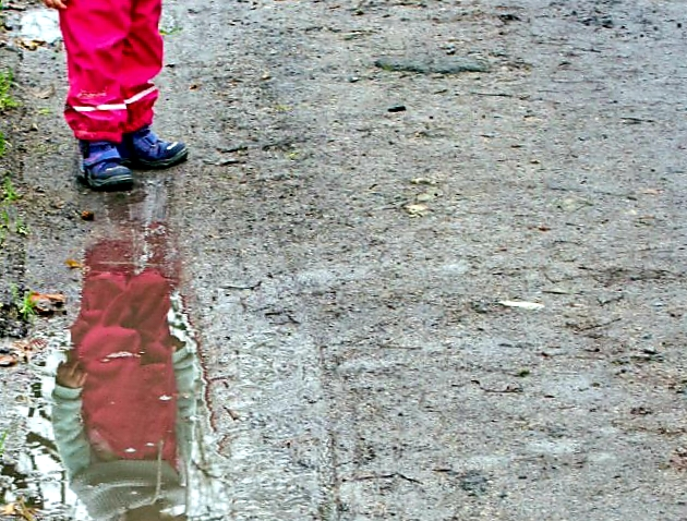 Regenwetter. Beim Pfützenspringen holen Kinder sich hin und wieder auch mal einen Schnupfen.