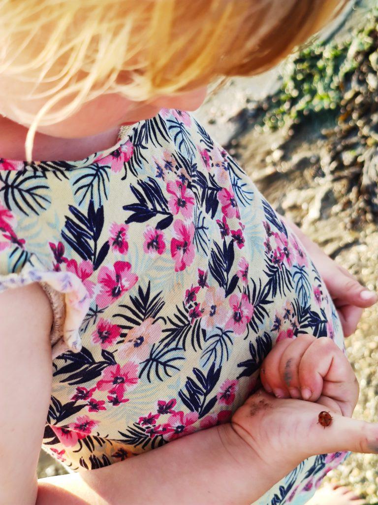Bild: Kind mit Marienkäfer auf der Hand