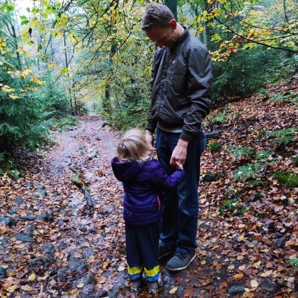 Vertrauen und Erziehung, Vater und Kind schauen sich vertraut an